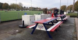 Aluminium picknicktafels bij voetbalclub