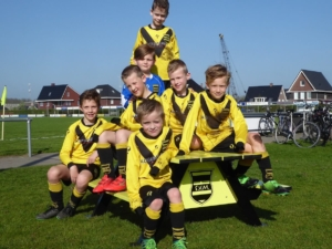 Junioren voetbalteam op aluminium picknicktafel
